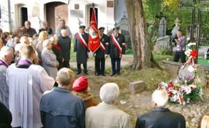 Po mszy św. księża wspólnie z uczestnikami święta udali się na cmentarz w Kalwarii Fot. Marian Paluszkiewicz