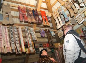 Zabytkowy spichlerz jest dosłownie po strych wypełniony zbiorami zabytkowych szat liturgicznych Fot. Marian Paluszkiewicz