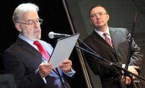 Jubileuszowe życzenia składa Stanisław Cygnarowski Fot. Marian Paluszkiewicz