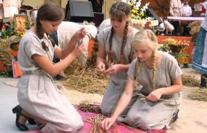 """Dziewczęta z """"Turgielanki"""" potrafią nie tylko uwić wianek, ale też przewiązać snopek przewiąsłem Fot. Anna Pieszko"""