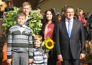 Mer Zdzisław Palewicz z rodziną Antoniego i Alicji Bandalewiczów, najlepszych tegorocznych gospodarzy rejonu Fot. Anna Pieszko