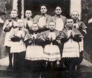 Członkowie nielegalnej organizacji harcerskiej przed kościołem w Ejszyszkach w 1947 r. W centrum ? Michał Sienkiewicz  Fot. Marian Paluszkiewicz
