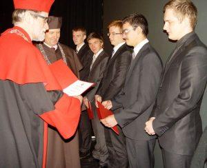 Po złożeniu przysięgi studentom zostały wręczone listy gratulacyjne     Fot. portal L24.lt