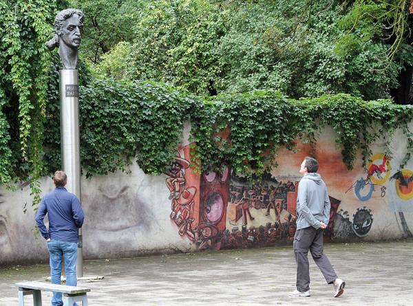 Rzeźba Franka Zappy, słynnego amerykańskiego gitarzysty, kompozytora i piosenkarza Fot. Marian Paluszkiewicz