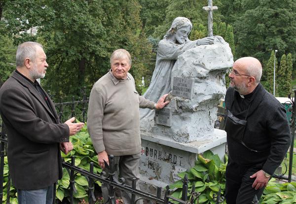 Zygmunt Klonowski, Jerzy Kepel oraz ks. Edmund Jaworski omawiają prace renowacyjne Fot. Marian Paluszkiewicz