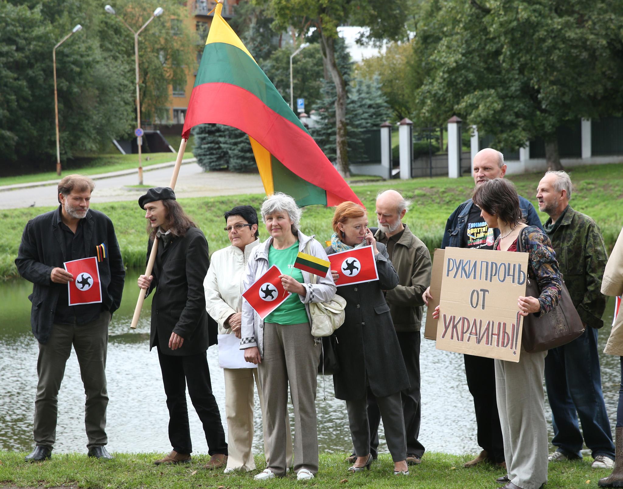 W piątek pod ambasadą Rosji w Wilnie odbył się wiec protestacyjny Fot. ELTA