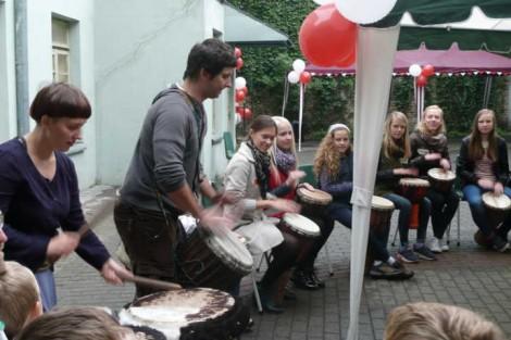 W podwórku Caritasu rozbrzmiewała muzyka i pieśni<br>Fot. Justyna Giedrojć