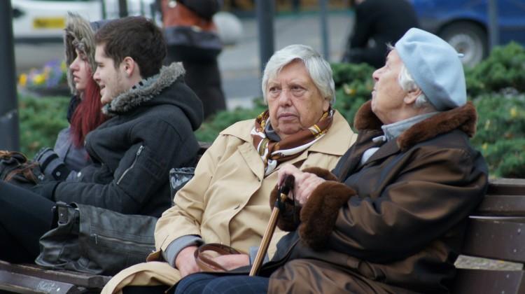 Starsze osoby są zbyt ufne i mają też bardziej pozytywny stosunek do innych niż młodzi  Fot. Marian Paluszkiewicz