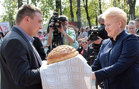 Rolnik Roku Andrzej Kulevičius z żoną Anetą wręczył chleb JE prezydent Dali Grybauskaitė oraz merowi Zdzisławowi Palewiczowi  Fot. Marian Paluszkiewicz