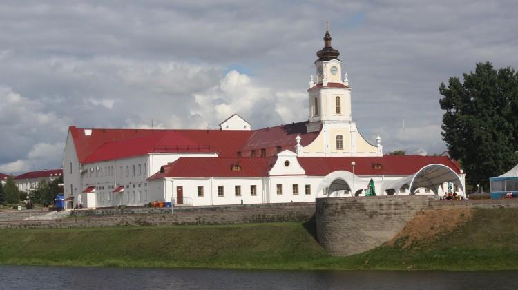 W sercu miasta zachował się i doskonale się prezentuje barokowy budynek dawnego kolegium jezuitów. Mieszczą się w nim obecnie muzeum lalek oraz restauracja  Fot. archiwum