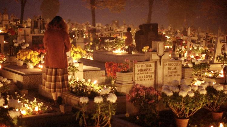 1 i 2 listopada przez wszystkie cmentarze przechodzą rzesze ludzi, którzy odwiedzają groby swych bliskich Fot.archiwum