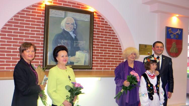 Pamiątkowe zdjęcie przy patronie Gimnazjum im. Jana Śniadeckiego w Solecznikach Fot. Anna Pieszko