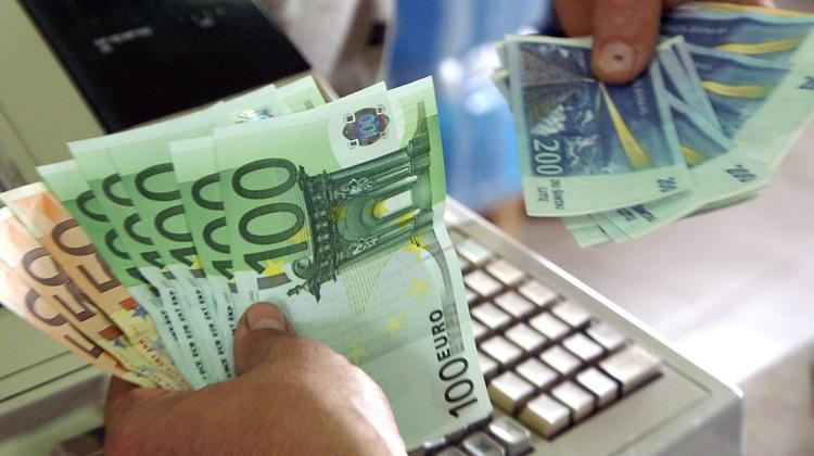 Handlowcy apelują do społeczeństwa, żeby lity na euro wymieniali w bankach i kantorach, a nie podczas zakupów w sklepach    Fot. Marian Paluszkiewicz