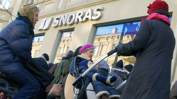 Swoje środki z upadłego banku odzyskali tylko drobni jego klienci, pozostali stracili setki milionów litów      Fot. Marian Paluszkiewicz