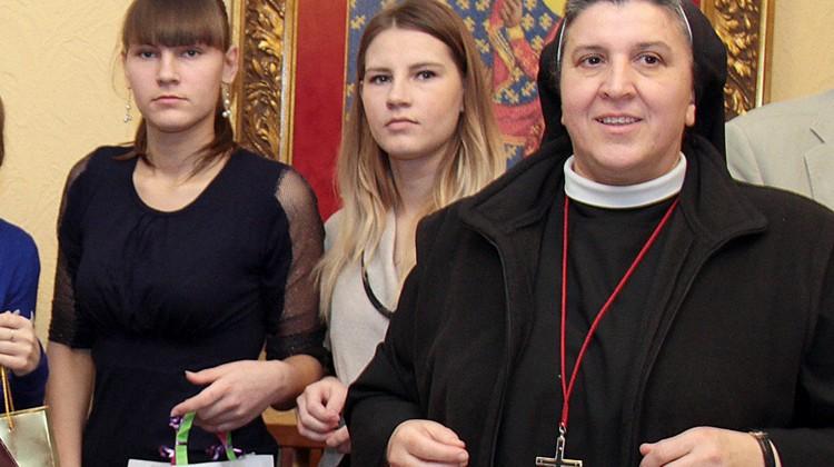 Siostra Rak z młodymi wolontariuszkami Fot. Marian Paluszkiewicz