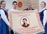 Nowy sztandar naszego gimnazjum, na którym widnieje wizerunek patrona Henryka Sienkiewicza Fot. Marian Paluszkiewicz