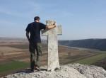 O kamiennym krzyżu nad przepaścią w Starym Orchei Mołdawianie powiadają, że obejście go dookoła z modlitwą może spełnić prośby i marzenia Fot. Waldemar Szełkowski