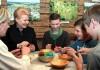 Razem z dziećmi prezydent Dalia Grybauskaitė wypróbowała swoje siły w różnych technikach ozdabiania pisanek   Fot. Marian Paluszkiewicz