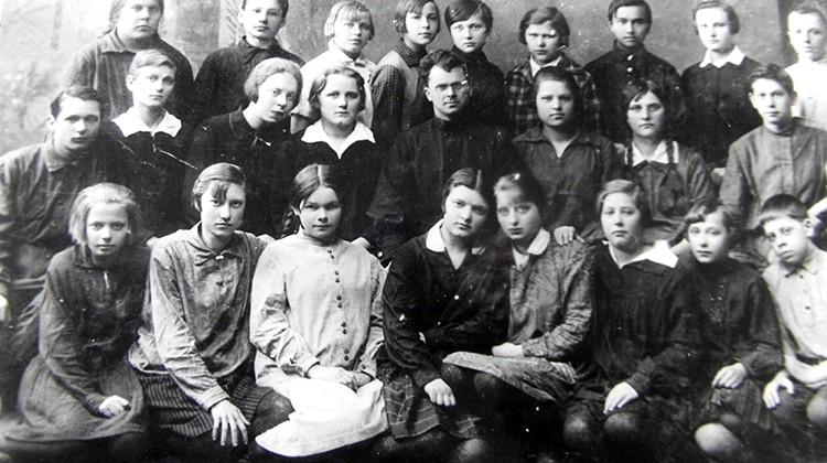 Uczniowie starszej klasy polskiej szkoły w Witebsku — początek lat 30., w centrum nauczyciel Filipecki Fot. archiwum