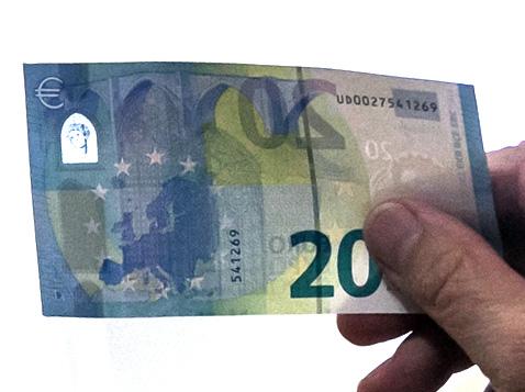 """Banknot 20 euro z nowej serii """"Europa"""" ma nowatorskie zabezpieczenie przed fałszerzami   Fot. ELTA"""