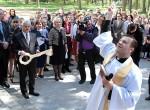 Proboszcz parafii w Wojdatach Jerzy Witkowski poświęcił odnowiony budynek szkolny Fot. Marian Paluszkiewicz