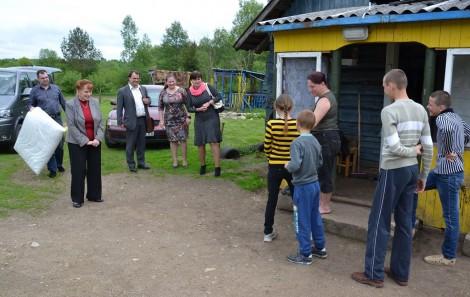 Podczas wizyty rodziny otrzymały wsparcie w postaci ubrania, obuwia, pościeli, ręczników, wyprodukowanych na Litwie