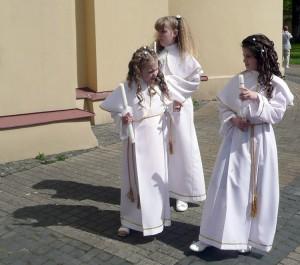 W niektórych parafiach obowiązuje założenie alby podczas uroczystości w kościele Fot.  Justyna Giedrojć