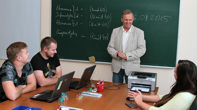 Jarosław Wołkonowski cieszy się, że w tym roku udało się uruchomić nowy kierunek studiów, ale przyznaje, że polską uczelnię czekają kolejne wyzwania                          Fot. Marian Paluszkiewicz