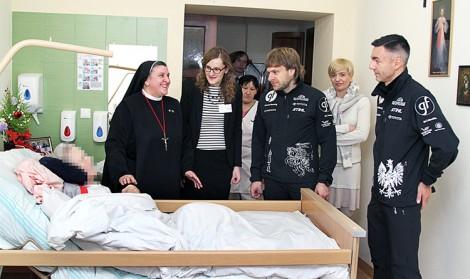Siostra Michaela Rak, Benediktas Vanagas oraz Sebastian Rozwadowski odwiedzili chorych                                          Fot. Marian Paluszkiewicz