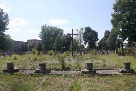 W najstarszej katolickiej części cmentarza w Pińsku niedużo grobów się zachowało, a po kościółku pozostały jeno fundament i fragmenty kolumn