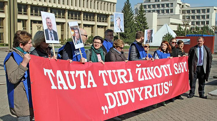 Litewskie Związki Zawodowe przed siedzibą Sejmu zorganizowały kolejną pikietę Fot. Marian Paluszkiewicz
