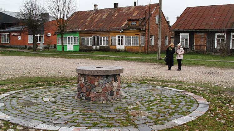 Odrestaurowana studnia na unikatowym placu Kiprasa Petrauskasa Fot. Marian Paluszkiewicz