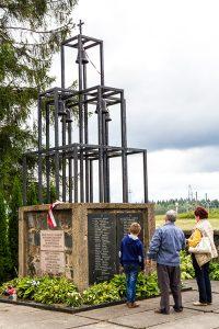 Monument ku czci rozstrzelanych przy drodze do Święcian, niestety, bez polskiej tablicy Fot. Marian Paluszkiewicz
