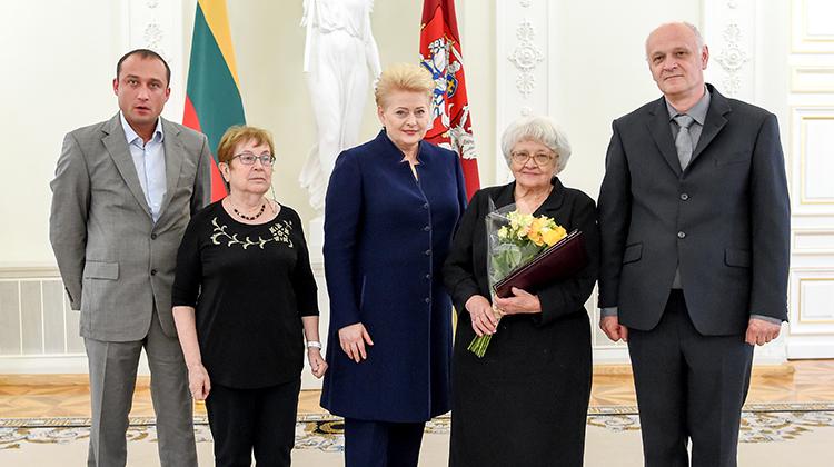 W imieniu mamy Janiny Strużanowskiej nagrodę z rąk prezydent odebrała jej córka Hanna Strużanowska-Balsienė Fot. lrp.lt