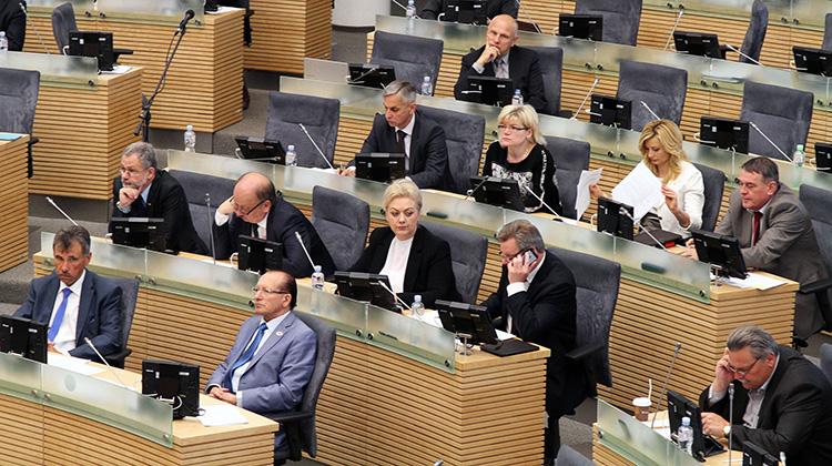 Posłowie ustanawiają prawo, zgłaszają inicjatywy ustawodawcze, głosują, debatują Fot. Marian Paluszkiewicz