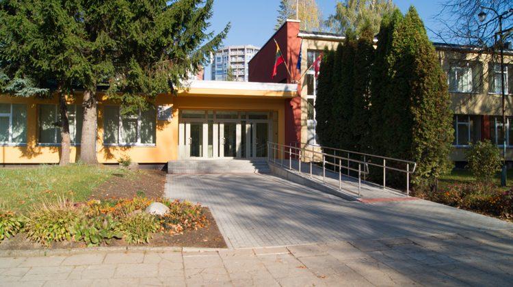 Budynek szkoły przy ul. Minties w dzielnicy Żyrmuny może zmieścić 540 uczniów Fot. Andrzej Podworski